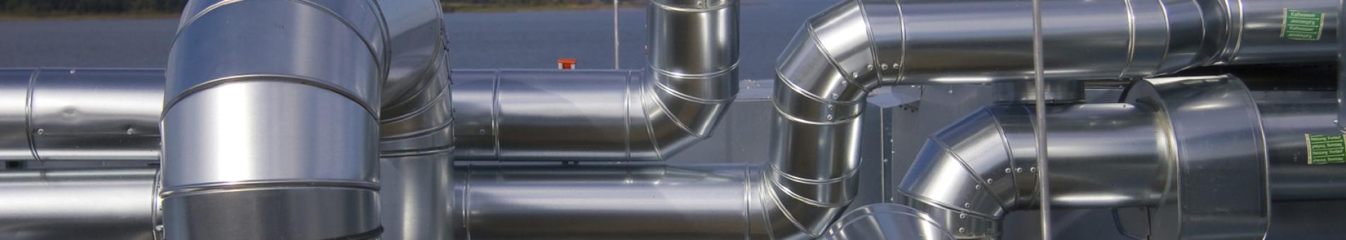 Luftrohre auf einem Industriedach.